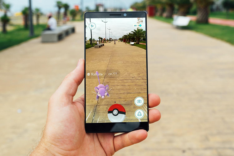 Man probeert pokemon te vangen op smartphone